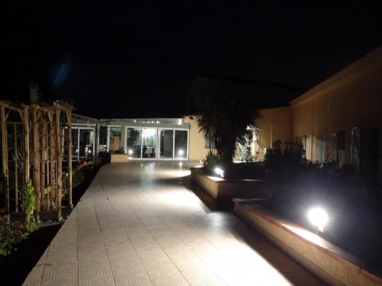 Entrée du Mas du Tech la nuit